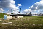 UTRECHT - Aan de voet van de Galecopperbrug over het Amsterdam-Rijnkanaal illustreren alleen enkele bouwketen dat onder de brug medewerkers van De Koning Straal- en Schilderwerken sinds 2004 werken aan de conservering van de Galecopperbrug. Hangend onder de brug, met hulp van talloze steigerplanken om goed te staan en stof te voorkomen, straalt en schildert het bedrijf de brug en is daar tot in 2009 mee bezig. De werkzaamheden zijn onderdeel van de door Rijkswaterstaat in 2004 aangekondigde grote onderhoudswerken ter waarde van bij 130 miljoen euro. COPYRIGHT TON BORSBOOM...
