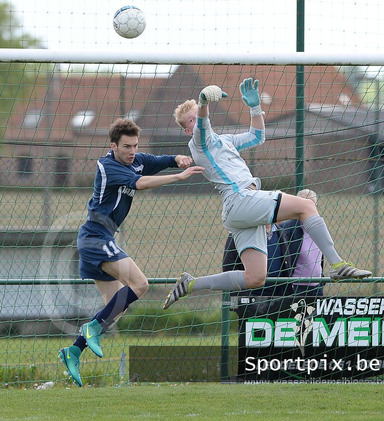 FC Lendelede - Dosko Kanegem : Lendelede doelman Brent Callewaert met de redding voor Sander Kindt (r)<br /> Foto David Catry | VDB | Bart Vandenbroucke