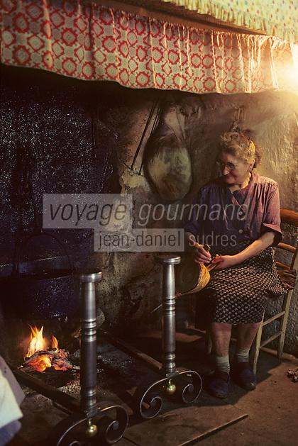 """Europe/France/Auvergne/15/Cantal/env de Saint Cernin: lieu dit Lacan fermière dans son """"cantou"""" partie de la cheminée équipée d'un banc ou la température est plus clémente [Non destiné à un usage publicitaire - Not intended for an advertising use][(<br /> PHOTO D'ARCHIVES // ARCHIVAL IMAGES<br /> FRANCE 1980"""