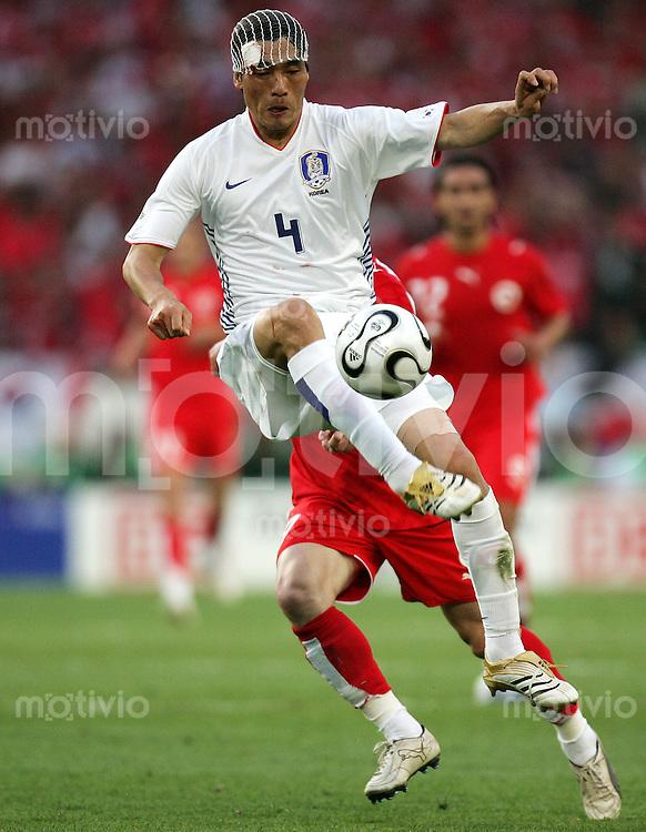 Fussball WM 2006  Gruppenspiel  Vorrunde  Gruppe G Spiel 46 Schweiz - Suedkorea Switzerland - Korean Republic  Jin Cheul CHOI (KOR).