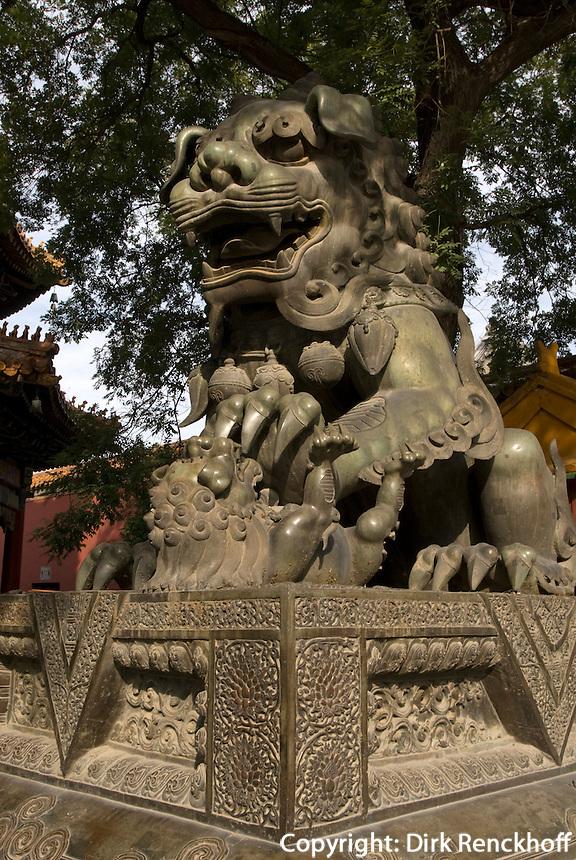 China, Peking (Beijing), Lama-Tempel (Yonghe Gong), Löwe vor der ersten Halle Lokapala