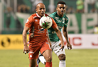 PALMIRA - COLOMBIA, 08-02-2020: Darwin Andrade del Cali disputa el balón con Juan David Perez de America durante partido entre Deportivo Cali y América de Cali por la fecha 4 de la Liga BetPlay DIMAYOR I 2020 jugado en el estadio Deportivo Cali de la ciudad de Palmira. / Darwin Andrade of Cali vies for the ball with Juan David Perez of America during match between Deportivo Cali and America de Cali for the date 4 as part of BetPlay DIMAYOR League I 2020 played at Deportivo Cali stadium in Palmira city. Photo: VizzorImage / Gabriel Aponte / Staff