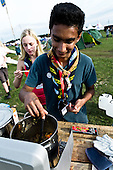 Arun from Sweden are putting the finishing touches to the dinner. Photo: Fredrik Sahlström/Scouterna