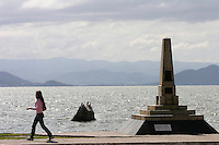 Florianopolis_SC, Brasil...Mulher andando na avenida Beira-Mar, no centro da capital catarinense...A woman walking  in Beira-Mar avenue, in Florianopolis center, Santa Catarina...Foto: LEO DRUMOND /  NITRO