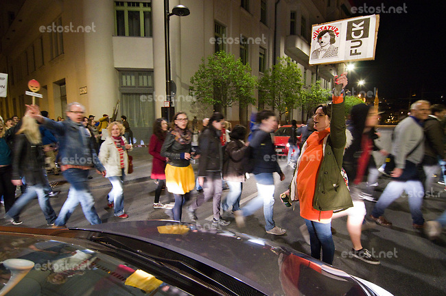 UNGARN, 12.04.2017, Budapest - V. Bezirk. Proteste gegen das Gesetzesvorhaben der Fidesz-Regierung, Nichtregierungsorganisationen nach russischem Vorbild als &quot;auslaendische Agenten&quot; zu diskreditieren, wenn sie Foerderung aus dem Ausland erhalten, z.B. von der EU: Tausende ziehen durch die Innenstadt und laehmen den Verkehr fuer Stunden. &quot;Fickt die Viktatur&quot; (MP Viktor Orb&aacute;n). | Protests against the Fidesz government's Russian-inspired draft law to discredit NGOs as &quot;foreign agents&quot; when they  reiceive funding from abroad, e.g. from the EU: Thousands march the centre, paralyzing traffic for hours. &quot;Fuck victatorship&quot; (PM Viktor Orban).<br /> &copy; Martin Fejer/EST&amp;OST