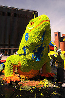 MEDELLIN -COLOMBIA-01-AGOSTO-2014. Con un homenaje a nuestra naturaleza con gigantescos animales de flores como esta iguana  situado en La Plaza Mayor  se da incio a la 57 edicion de la Feria de Las Flores de Medellin  ./  With a tribute to our animal nature with giant flowers as this Iguana located in La Plaza Mayor depiction is given to the 57th edition of the Feria de Las Flores Medellin.  Photo:VizzorImage / Luis Rios / Stringer