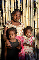MADAGASCAR, Mananjary, tribe ANTAMBAHOAKA, fady, according to the rules of their ancestors twin children are a taboo and not accepted in the society, this mother is accepting her twin children but she has left her village and is living in the town / MADAGASKAR, Zwillinge sind ein Fady oder Tabu beim Stamm der ANTAMBAHOAKA in der Region Mananjary, Mutter die Zwillinge gegen das Tabu behalten hat und ihr Dorf verlassen hat und heute in Mananjary im Stadtviertel ANALAJAVIDY lebt