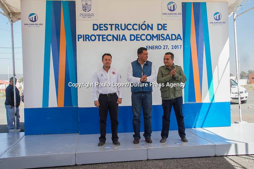 SAN JUAN DEL RIO., 26 DE ENERO DEL 2017.- SE LLEVA LA QUEMA DE PIROTECNIA QUE FUE DECOMISA EN LAS FECHAS DECEMRINAS EN DIFERENTES PARTES DEL MNICIPIO DE SAN JUAN DEL RIO, CON LA PRESENCIA DEL SECRETARIO DE GOBIERNO FERNANDO FERRUSCA, EL DIRECTOR DE PROTECCION CIVIL MUNICIPAL FERNANDO ZAMORANO Y EL SECRETARIO DE SEGURIDAD PUBLICA MUNICIPAL ARTURO CALVARIO, SE LLEVO DESTRUCCION DE 500 KILOS DE PIROTECNIA, LA MAYORIA DE MAYOR IMPACTO, FALTA MENCIONAR QUE REALIZARON UNA DEMOSTRACION DE LO QUE PROBOCAN CUANDO TRUENAN POR ERROR.<br /> <br /> AL REALIZAR LA DESTRUCION DE LA PIROTECNIA SE LES SALIO DE CONTRO A PROTECCION CIVIL DE MUNICIPIO, UN TERRENO VALDIO  CON PASTISAL A UN COSTADO DEL CENTRO EXPOSITOR SE PRENDIO POR LA FALTA DE INVITACION A LOS BOMBEROS.