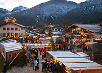 Deutschland, Bayern, Oberbayern, Chiemgau, Schleching: Weihnachtsmarkt am 2. Advent | Germany, Upper Bavaria, Chiemgau, Schleching: Christmas Market in a small village