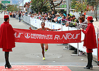 BOGOTA - COLOMBIA - 05-03-2017: Angie Orjuela, de Colombia, con un tiempo de 00:32:44 en damas, se impuso en la quinta versión del Avianca RunTour 2017, cerca de 10000 atletas de Kenia, Ecuador, Perú, Paraguay, Guatemala y Colombia. Participaron, por las calles de Bogota. Avianca impulsado a promover el atletismo como deporte universal, al tiempo contribuye a la salud de los niños de escasos recursos económicos que requieren atención medica y quirúrgica especializada, es asi como Avianca entrega a la Fundacion Cardio Infantil los dineros recaudados para la dotación de la Unidad de Cuidados Intensivos de Neonatos. / Angie Orjuela, from Colombia, with a time of 0:23:32 in ladies, won in the fifth version of Avianca RunTour 2017, nearly 10,000 athletes from Kenya, Ecuador, Peru, Paraguay, Guatemala and Colombia. They participated, through the streets of Bogota. Avianca, promoted to promote athletics as a universal sport, at the same time contributes to the health of children with limited economic resources who require specialized medical and surgical care, so Avianca delivers to the Fundacion Cardio Infantil the monies collected for the Unit's endowment Of Neonates Intensive Care.Photo: VizzorImage / Emiro Mejia  / Cont.