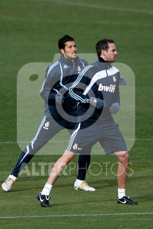 Madrid (02/03/10).-Entrenamiento del Real Madrid..Cristoph Metzelder y Ezequiel Garay...© Alex Cid-Fuentes/ ALFAQUI..Madrid (02/03/10).-Training session of Real Madrid c.f..Cristoph Metzelder and Ezequiel Garay...© Alex Cid-Fuentes/ ALFAQUI.