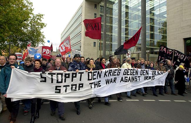 Demonstration gegen den Krieg<br /> Mehrere zehntausend Menschen demonstrierten am Sonnabend den 26. Oktober 2002 in Berlin unter dem Motto &quot;Verhindert den Krieg bevor er beginnt&quot; gegen einen moeglichen Krieg gegen den Irak. Friedensinitiativen in den USA hatten fuer den 26. Oktober zu einem weltweiten Protesttag (Global Action Day) aufgerufen. Die Demonstration in Berlin wurde organisiert von dem Buendnis &quot;Achse des Friedens&quot;.<br /> Hier: Die Demonstration stoppt vor dem Auswaertigen Amt um das Friedenslied &quot;We shall over come&quot; anzustimmen.<br /> Berlin, 26.10.2002<br /> Copyright: Christian-Ditsch.de<br /> [Inhaltsveraendernde Manipulation des Fotos nur nach ausdruecklicher Genehmigung des Fotografen. Vereinbarungen ueber Abtretung von Persoenlichkeitsrechten/Model Release der abgebildeten Person/Personen liegen nicht vor. NO MODEL RELEASE! Nur fuer Redaktionelle Zwecke. Don't publish without copyright Christian-Ditsch.de, Veroeffentlichung nur mit Fotografennennung, sowie gegen Honorar, MwSt. und Beleg. Konto: I N G - D i B a, IBAN DE58500105175400192269, BIC INGDDEFFXXX, Kontakt: post@christian-ditsch.de<br /> Bei der Bearbeitung der Dateiinformationen darf die Urheberkennzeichnung in den EXIF- und  IPTC-Daten nicht entfernt werden, diese sind in digitalen Medien nach &sect;95c UrhG rechtlich geschuetzt. Der Urhebervermerk wird gemaess &sect;13 UrhG verlangt.]