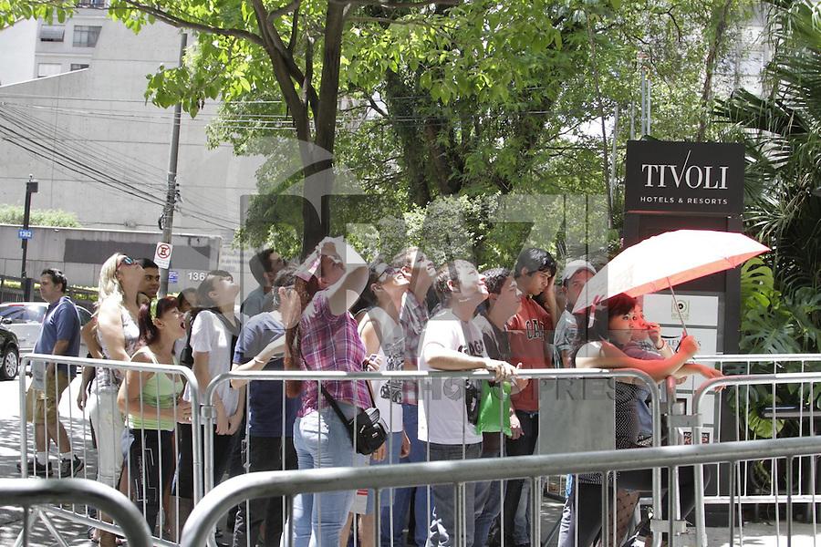 FOTO EMBARGADA PARA VEICULOS INTERNACIONAIS - SAO PAULO, SP, 11 DE NOVEMBRO 2012  - LADY GAGA - Fas de Lady Gaga fazem plantao enfrente ao hotel onde a cantora se hospeda, na regiao da Av Paulista, na manha desse domingo, 11   - FOTO LOLA OLIVEIRA - BRAZIL PHOTO PRESS