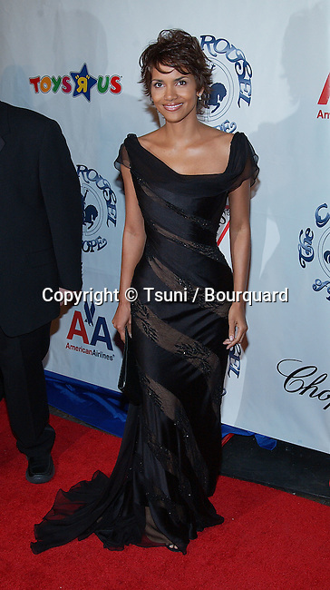 Halle Berry arriving at the Carousel of Hope which support the Barbara Davis Center for Childhood Diabetesat the Beverly Hilton in Los Angeles. October 15, 2002.