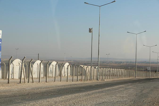 Zeltstadt im Nichts: das Camp vom türkischen Katastrophenschutz AFAD bei Suruc bietet Platz für 35.000 Menschen. In der Türkei leben derzeit etwa 1,8 Millionen Flüchtlinge aus Syrien. Es entstehen immer mehr neue Flüchtlingslager entlang der Grenze.