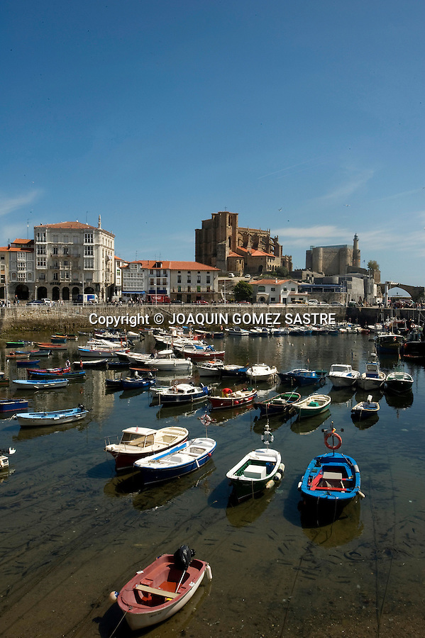 Vista de la localidad de Castro Urdiales puerto pesquero,ayuntamiento,cantabria.foto © JOAQUIN GOMEZ SASTRE