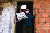 BOGOTÁ - COLOMBIA, 05-05-2020:Entrega de ayudas humanitarias por parte del Ejército Nacional, la Defensa Civil , con ayudas de buses del SITP y de La Basura de Bogota, lograron entregar alrededor de 5000 mercados a familias del barrio Mochuelo Bajo en el sur de la capital. ./Delivery of humanitarian aid by the National Army, the Civil Defense and with the help of buses from the SITP and La Basura de Bogota, managed to deliver around 5000 markets to families in the Mochuelo Bajo neighborhood in the south of the capital.. Photo: VizzorImage / Mariano Vimos / Contribuidor