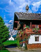 Oesterreich, Tirol, Bauernhof in Pertisau am Achensee vorm Karwendelgebirge | Austria, Tyrol, farmhouse in Pertisau at Achen Lake and Karwendel mountains
