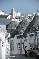 Europe/Italie/La Pouille/Alberobello: Ruelle dans la zone des Trulli