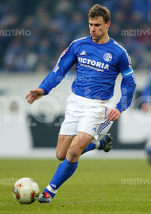 Fussball / 1. Bundesliga Saison 2002/2003 Ebbe SAND, Einzelaktion am Ball FC Schalke 04