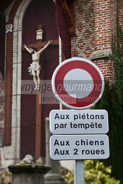 Europe/France/Nord-Pas-de-Calais/59/Nord/Esquelbecq: Christ en croix et panneaux de signalisation routière
