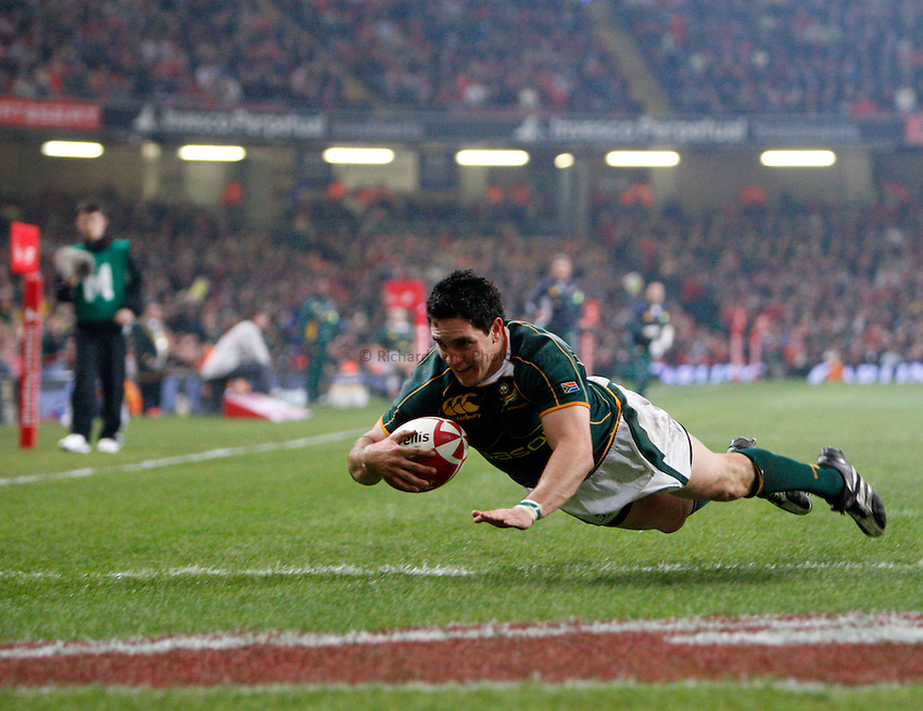 Photo: Richard Lane/Richard Lane Photography..Wales v South Africa. Prince William Cup. 24/11/2007. .South Africa's Jacque Fourie dives in for a try.