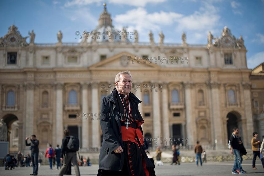 Continuano gli incontri dei cardinali per trovare l'accordo sulla data dell'inizio del Conclave che porterà all'elezione del nuovo Papa dopo le dimissioni di Benedetto XVI. Il cardinale tedesco Walter Kasper in Piazza San Pietro.
