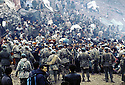 Irak 1991<br /> Les r&eacute;fugi&eacute;s kurdes sur la fronti&egrave;re, l'arm&eacute;e turque face a la foule<br /> Iraq 1991<br /> Kurdish refugees on the border, Turkish army facing the crowd