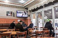 BELGIEN, 21.11.2015, Bruessel.  Das Innenstadtviertel Molenbeek ist bekannt fuer seine vielen muslimischen Zuwanderer, seine Wochenmaerkte und seine Verbindungen zu verschiedenen Terroranschlaegen. | The central district of Molenbeek is well known for its dense muslim immigrant population, Sunday's food market and links to previous terror attacks.<br /> © Arturas Morozovas/EST&OST