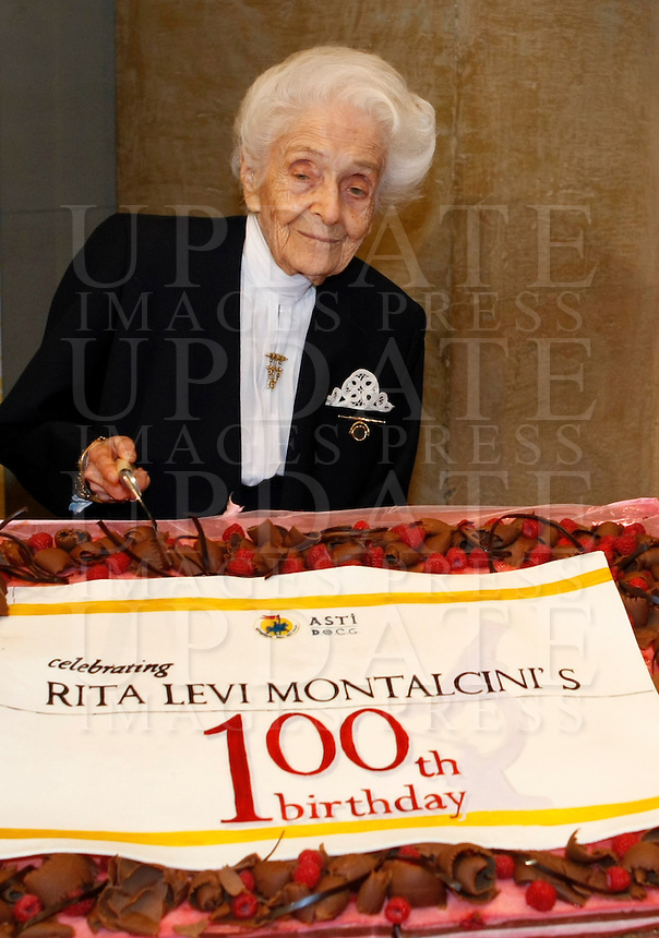 Il premio Nobel per la medicina e senatrice a vita Rita Levi-Montalcini posa con la torta per il suo centesimo compleanno che ricorre il 22 aprile prossimo, al termine di una conferenza stampa a Roma, 18 aprile 2009..Italian neurologist, Nobel Prize in Medicine on 1986 and senator for life Rita Levi-Montalcini poses past a pie at the end of a press conference in occasion of her one hundredth birthday, in Rome, 18 April 2009. Levi-Montalcini will celebrate her birthday on 22 April..UPDATE IMAGES PRESS/Riccardo De Luca