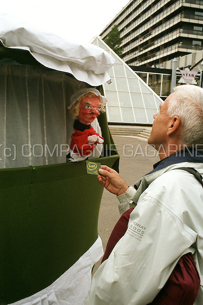"""Figurentheater Poppa with his """"De Wandelende Burka"""" at the Opendoek Happening in Waregem (Belgium, 06/05/2007)"""