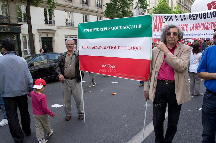 FRANCE. PARIS. 01/05/2011: <br /> Defile du 1er Mai.<br /> Journee internationale de solidarite du monde du travail: Cette annee l'accent a ete mis sur le soutien aux peuples des pays en conflit ainsi que sur l'amelioration des conditions de travail pour les immigres. <br /> <br /> FRANCE. PARIS. 01/05/2011: <br /> May Day demonstration. International day of solidarity of workers: This year the emphasis has been placed on the support of people living in country in conflicts and on the improvement of working conditions for immigrants.