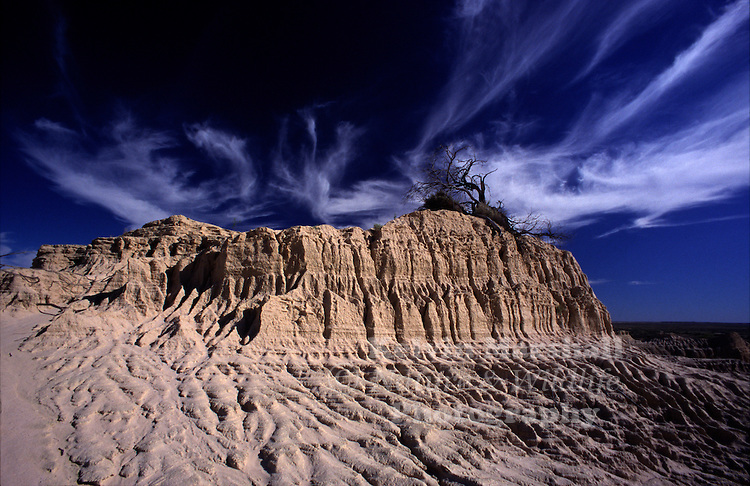 Mungo National Park is a part of the Willandra Lakes World Heritage Area, a chain of dried-out lakes that were once strung between Willandra Creek and the main channel of the Lachlan River in Outback NSW.