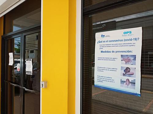 Paricia Baéz. Un aviso con recomendaciones de las autoridades de Salud, en la puerta de las oficinas locales del Banco Agrícola.