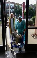 USA Chicago, South Side, SVD Pastor Robert Kelly bei der afroamerikanischen Gemeinde von St. Elizabeth, zusammen mit Gemeindemitglied Sylvia Alston