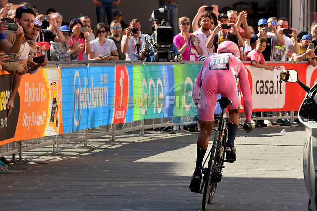 Race leader Maglia Rosa Nairo Quintana (COL) Team Movistar near the end of Stage 10 of the 100th edition of the Giro d'Italia 2017, an individual time trial running 39.8km from Foligno to Montefalco, Italy. 16th May 2017.<br /> Picture: LaPresse/Gian Mattia D'Alberto | Cyclefile<br /> <br /> <br /> All photos usage must carry mandatory copyright credit (&copy; Cyclefile | LaPresse/Gian Mattia D'Alberto)