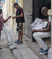 Selling and reading the newspaper, La Habana Vieja