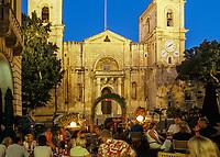 Malta, Valetta: Restaurants vor der St. John's Co - Cathedral zur blauen Stunde | Malta, Valetta: Evening restaurant scene in front of St. John's Co - Cathedral