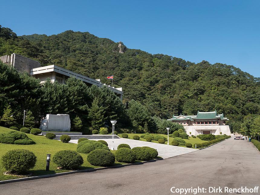 Geb&auml;ude der Freundschaftsaustellung in den Myohyang-Bergen, Nordkorea, Asien<br /> building of friendship exhibition in Myoohyang-Mountains, North Korea, Asia