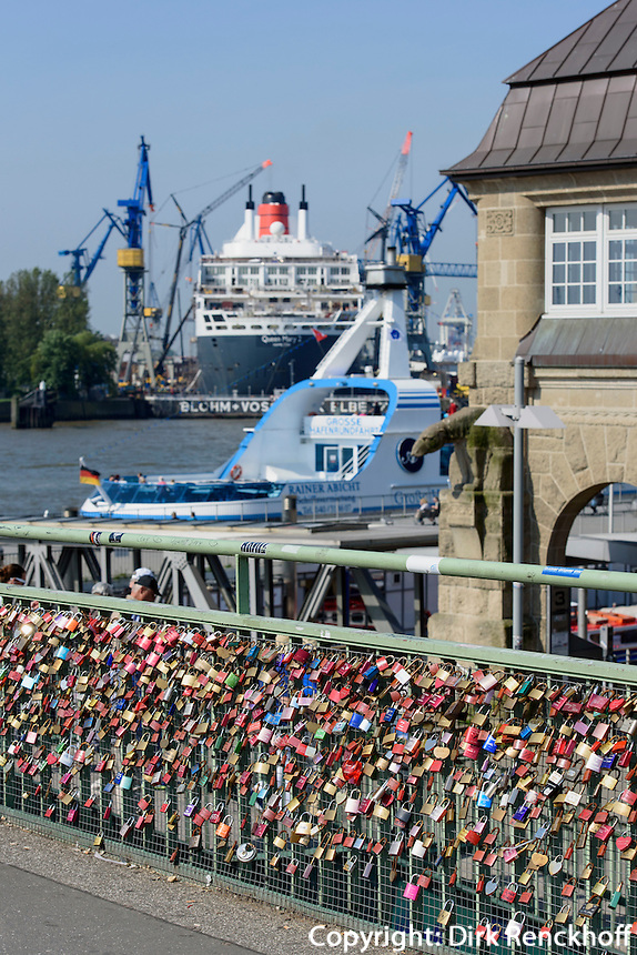 Liebeschl&ouml;sser anLandungsbr&uuml;cken St. Pauli und Dock 17 mit Queen Mary 2, St. Pauli, Hamburg, Deutschland<br /> love padlocks at landing pier and  Queen Mary 2 in dock 17,, St. Pauli, Hamburg, Germany