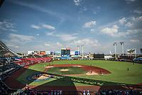 Vista panor&aacute;mica de estadio en un dia parcialmente soleado, durante el  partido de beisbol de la Serie del Caribe con el encuentro entre los Alazanes de Gamma de Cuba contra los Criollos de Caguas de Puerto Rico en estadio de los Charros de Jalisco en Guadalajara, M&eacute;xico, Martes 6 feb 2018. <br /> (Foto: AP/Luis Gutierrez)