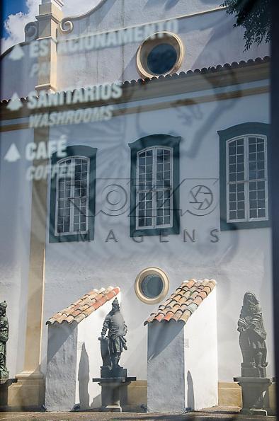 Reflexo das réplicas das esculturas dos Profeta, de Aleijadinho (1730-1814). Acervo do Museu de Arte Sacra de São Paulo, São Paulo - SP, 02/2013.