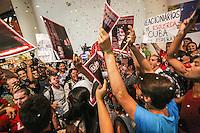 SAO PAULO, SP, 21 DE FEVEREIRO 2013 - YOANI SANCHEZ - Um grupo de aproximadamente 70 militantes de organizações pró-Cuba e cerca de 30 simpatizantes da dissidente cubana Yoani Sanchéz realizam manifestação contra a blogueira cubana Yoani Sanchéz em frente à livraria Cultura, no Conjunto Nacional, zona central de São Paulo, nesta quinta- feira (21). A blogueira compareceu à livraria para um evento de divulgação de seu livro ?De Cuba, com carinho?. Manifestantes dos dois lados trocam palavras de ordem e insultos. (FOTO: WILLIAM VOLCOV / BRAZIL PHOTO PRESS).