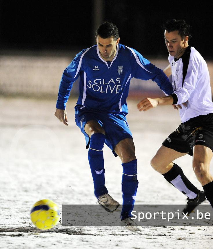 SC Oostrozebeke - SV Rumbeke..Nico Vereecke schermt de bal af voor Kim Lapierre (rechts)..foto VDB / BART VANDENBROUCKE