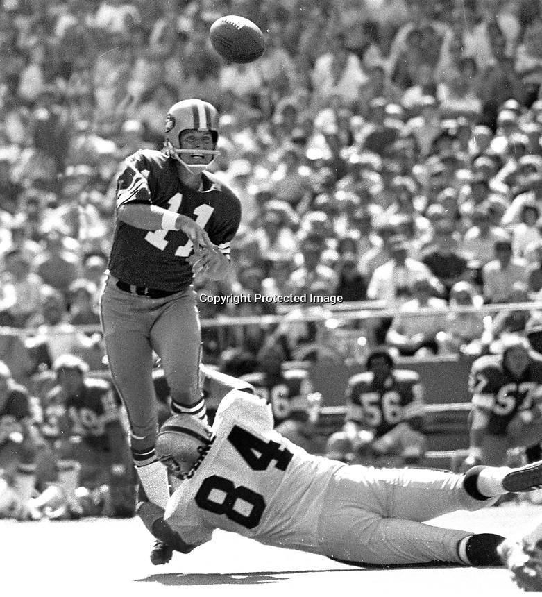 San Francisco 49ers QB Steve Spurrier throwing with Oakland Raider #84 Tony Cline. (1972 photo/Ron Riesterer)