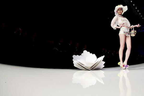 SMA018. PEKÍN (CHINA), 25/10/2012.- Una modelo presenta una creación de la marca china Ordifen hoy, jueves 25 de octubre de 2012, durante la Semana de la Moda Mercedes-Benz China en Pekín (China). EFE/DIEGO AZUBEL