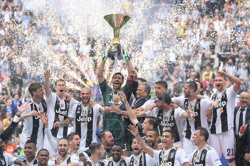 Calcio, Serie A: Juventus - Hellas Verona, Torino, Allianz Stadium, 19 maggio, 2018.<br /> Juventus' Captain and goalkeeper Gianluigi Buffon (c) lifts the trophy as the Juventus' players celebrate during the victory ceremony following the Italian Serie A football match between Juventus and Hellas Verona at Torino's Allianz stadium, 19 May, 2018.<br /> Juventus won their 34th Serie A title (scudetto) and seventh in succession.<br /> Gianluigi Buffon played his last match with Juventus today after 17 years.<br /> UPDATE IMAGES PRESS/Isabella Bonotto