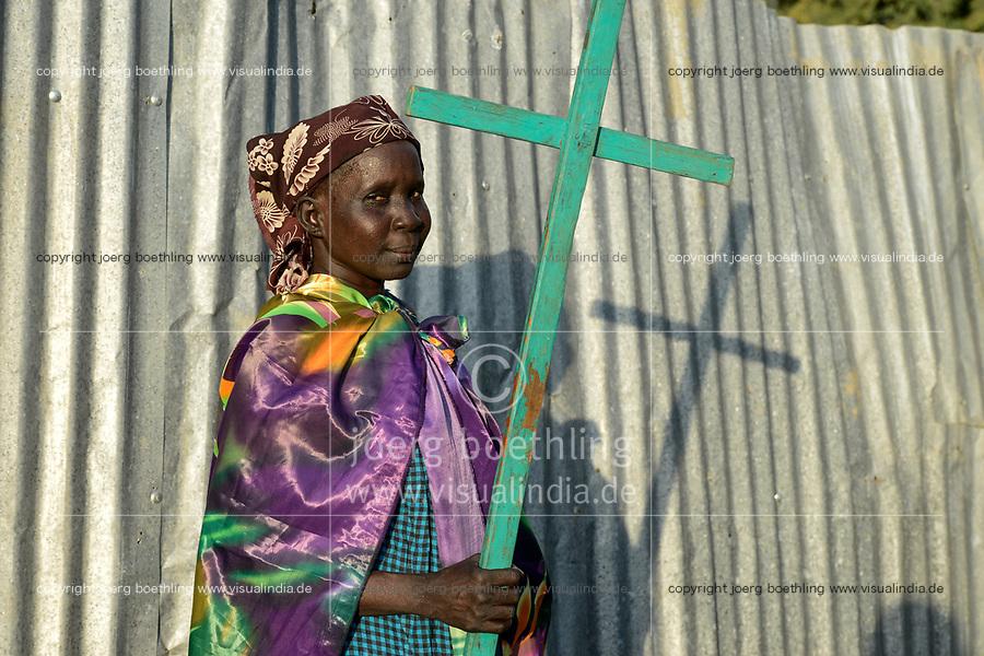ETHIOPIA, Gambela, region Itang, Nuer woman with cross on her way to protestant church / AETHIOPIEN, Gambela, Region Itang, Dorf Braziel der Ethnie NUER, Frau mit Kreuz uf dem Weg zur Kirche