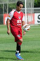 SÃO PAULO, SP,21 DE OUTUBRO DE 2013 - TREINO SAO PAULO - O jogador Jadson, durante treino do São Paulo, no CT da Barra Funda, região oeste da capital, na tarde desta segunda feira, 21. FOTO: ALEXANDRE MOREIRA / BRAZIL PHOTO PRESS