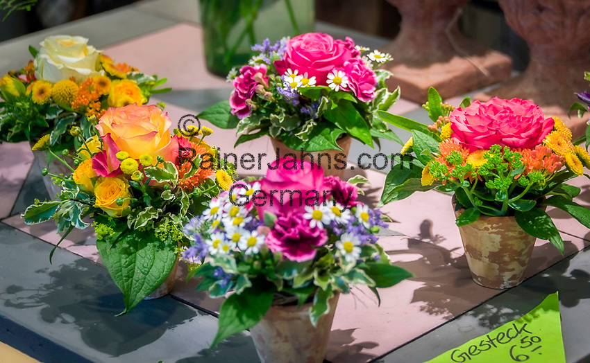 Deutschland, Bayern, Mittelfranken, Naturpark Altmuehltal, Gunzenhausen: Blumengeschaeft- innen | Germany, Bavaria, Middle Franconia, Nature Park Altmuehl Valley, Gunzenhausen: Flower shop - interior